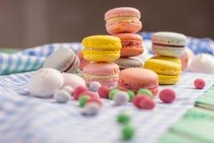 Söt sammansättning av den makronkakor och marshmallowen Fotografering för Bildbyråer