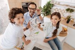 Söt singel-förälder familj som spenderar tid runt om DNAmodell Royaltyfria Foton