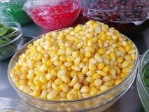 söt sked för kernels för havrehandholding arkivfoton