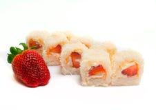 Söt sushi med kokosnöten, jordgubbar och ost Royaltyfri Bild