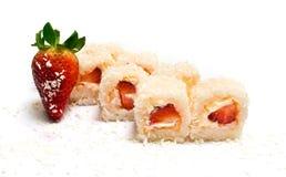 Söt sushi med kokosnöten, jordgubbar och ost Royaltyfria Bilder