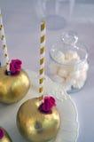 Söt tabell & guld- äpplen Arkivfoto