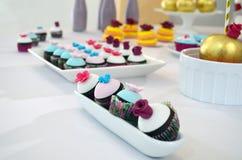 Söt tabell & söta Mini Muffins Arkivbilder