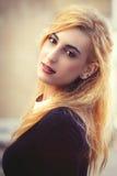 Söt ung blond flicka Ungdomlig fin skönhet Emotionellt posera arkivfoto