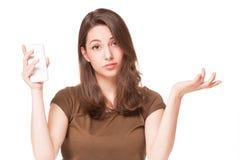 Söt ung brunett genom att använda mobiltelefonen Royaltyfria Bilder