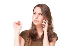 Söt ung brunett genom att använda mobiltelefonen Royaltyfria Foton