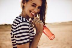 Söt ung flicka som dricker en sodavatten fotografering för bildbyråer