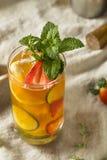 Söt uppfriskande Pimms koppcoctail med frukt arkivbilder