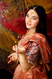 Söt verklig indisk flicka för skönhet i sari som ler på Royaltyfri Foto
