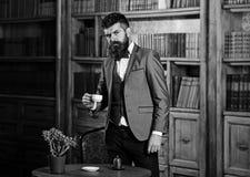 Söta ögonblick av avkoppling med böcker och en kopp kaffe royaltyfri bild