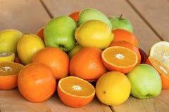 Söta apelsiner, citroner och äpplen Fotografering för Bildbyråer