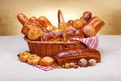 Söta bageriprodukter i korg Royaltyfria Bilder