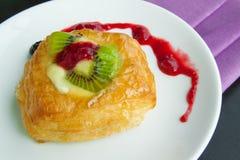 Söta bröd och jordgubbedriftstopp på tabellen, matbakgrunder Royaltyfri Fotografi
