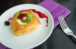 Söta bröd och jordgubbedriftstopp på tabellen, matbakgrunder Royaltyfri Bild