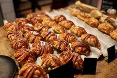 Söta bullar med prislappar på bagerilagret Royaltyfri Bild