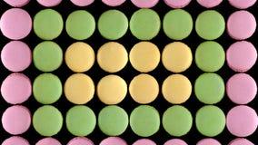 Söta färgrika franska makronkex på mörk bakgrund, bästa sikt arkivfoto
