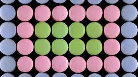 Söta färgrika franska makronkex på mörk bakgrund, bästa sikt royaltyfri foto