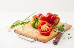 Söta färgrika rå skivade peppar på köket stiger ombord Arkivbilder