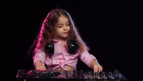 Söta flickalekar på dj-konsolen Svart bakgrund, ultrarapid stock video
