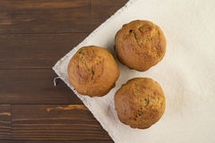 Söta frodiga muffin på vitt tyg Fotografering för Bildbyråer