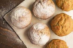 Söta frodiga muffin som dammas av med pudrat socker Arkivfoto