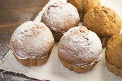 Söta frodiga muffin som dammas av med pudrat socker Royaltyfria Foton