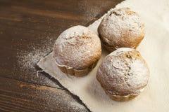Söta frodiga muffin som dammas av med pudrat socker Royaltyfri Fotografi