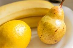 Söta gula bananer för fruktpäroncitron Arkivbild