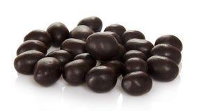 Söta jordnötter i choklad som isoleras på vit. royaltyfri bild