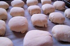 Söta kakor på bakplåten, degen på en bakplåt, den van vid degen gör nya hemlagade läckra muffin Arkivbild