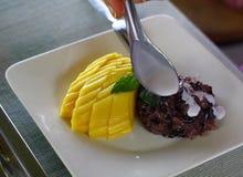 Söta klibbiga ris med mango, thailändsk efterrätt royaltyfri bild