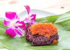 Söta klibbiga ris med räkatoppning Arkivfoto