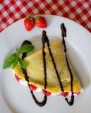 Söta kräppar med choklad, kräm och jordgubbar Royaltyfri Fotografi