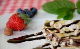 Söta kräppar med choklad och frukter Royaltyfri Bild