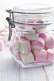 Söta marshmallower i den glass kruset Arkivfoton