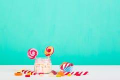 Söta marshmallower med klubban Arkivfoto
