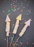 Söta marshmallower som bildar Rocket Fireworks Arkivfoton