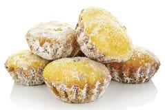 Söta muffin i pudrat socker som isoleras på en vit bakgrund. Arkivbild