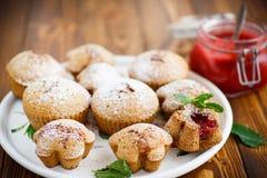 Söta muffin med fruktdriftstopp inom royaltyfria foton