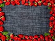 Söta nya jordgubbar på en grå bakgrund olivgrön för olja för kök för kockbegreppsmat ny över hällande restaurangsallad Arkivbild