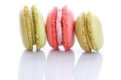 Söta och färgglade franska makron eller macaron på vit bakgrund royaltyfria bilder