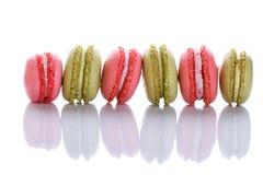Söta och färgglade franska makron eller macaron på vit bakgrund royaltyfria foton
