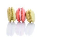 Söta och färgglade franska makron eller macaron på vit bakgrund arkivbild