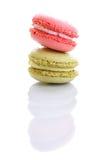 Söta och färgglade franska makron eller macaron på vit bakgrund Arkivbilder