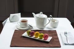 Söta och färgglade franska makron eller macaron på vit bakgrund fotografering för bildbyråer