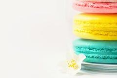 Söta och färgglade franska makron eller macaron på vit bakgrund, efterrätt arkivfoto