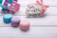 Söta och färgrika franska makron eller macarons förlades på trävit bakgrund efterrätt för dag för St-valentin` s Ställe för Arkivbilder
