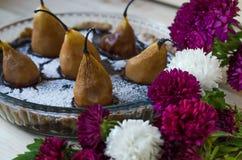 Söta päronkaka- och krysantemumblommor royaltyfri fotografi