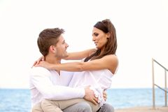 Söta par som ser varje annat Fotografering för Bildbyråer