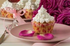 Söta romantiska muffin för dag för valentin` s Royaltyfria Bilder